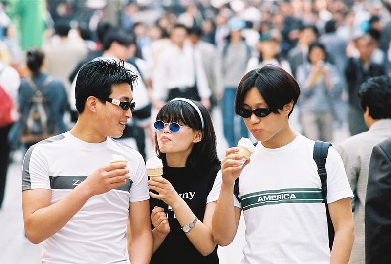 """Streetstyle những năm 90 của giới trẻ Hàn bỗng """"sốt sình sịch"""" vì toàn items bây giờ mới HOT"""