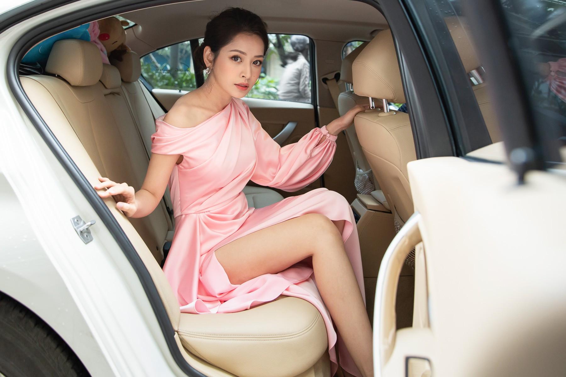 Diện đầm pastel xẻ cao hút mắt, Chi Pu xuất hiện như nữ thần, lấn lướt mọi khách mời tại sự kiện