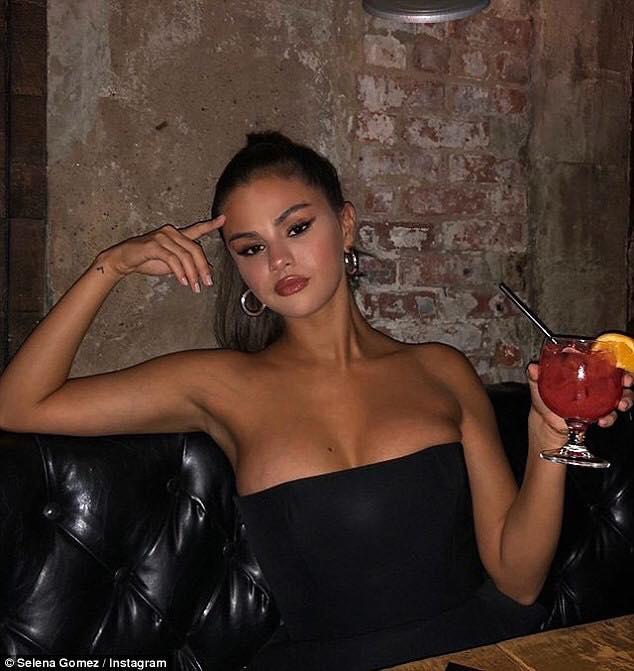 """Từ ngày lẻ bóng, Selena Gomez chăm """"show"""" vòng 1 nóng bỏng hẳn, thế nhưng nhìn lên mặt cô nàng mà """"hết hồn"""""""