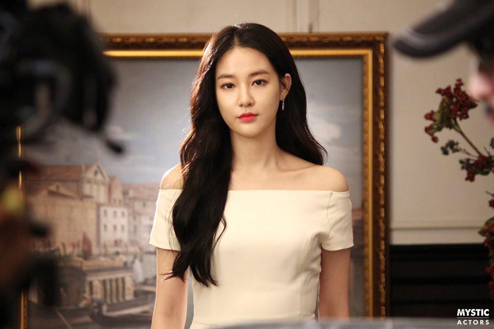 Ai cũng biết bạn gái G-Dragon xinh đẹp, nhưng không ngờ cô ấy lại đến mức như này trong loạt ảnh thật hậu trường