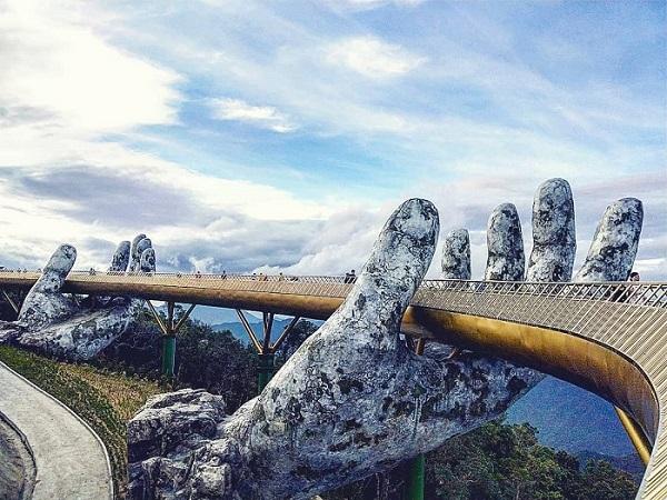 """""""Bấn loạn"""" trước cây cầu tay đỡ khổng lồ mới xuất hiện tại Đà Nẵng đang khiến giới trẻ phát cuồng"""