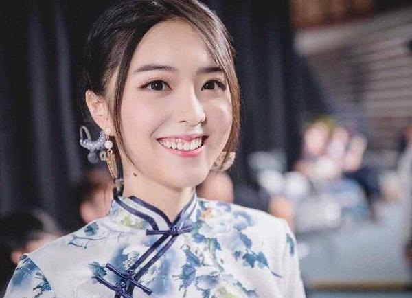 Nữ MC dẫn chung kết Liên Minh Huyền Thoại thế giới cười hở lợi vẫn xinh đẹp tuyệt trần