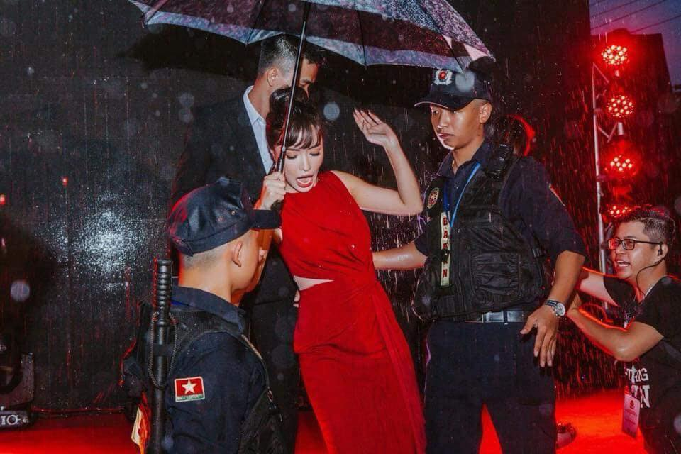 """Chỉ vì một khoảnh khắc sau mưa, Bích Phương chính thức sở hữu """"Gương mặt giải trí"""""""