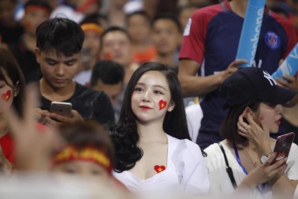 Danh tính quá quen của hot girl làm cháy khán đài trận U23 Việt Nam - Palestine