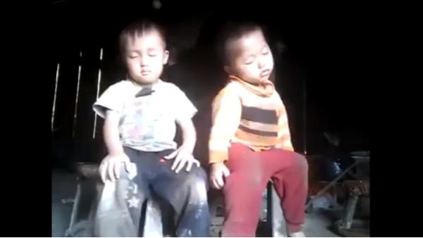 Hai anh em miền núi ngủ gật: Đợi mãi mà bố mẹ vẫn chưa về và cái kết