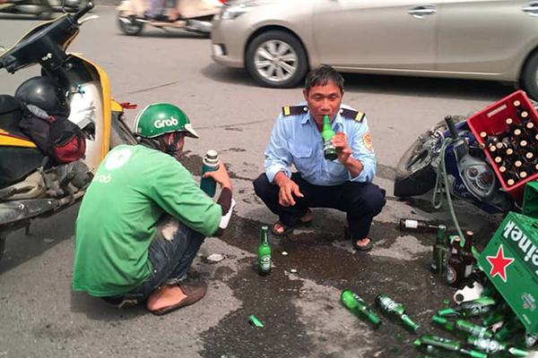 Dân mạng thả tim ồ ạt cho bức ảnh hai người uống bia cùng nhau sau va quệt giao thông, xung quanh lổn ngổn vỏ chai vỡ