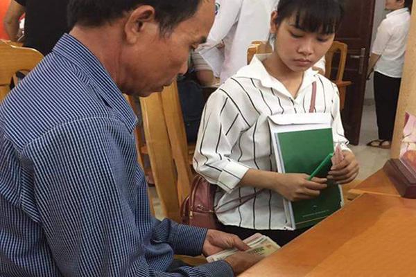 Ông bố già ngồi đếm từng đồng tiền lẻ, tận tay đưa con gái đi nhập học khiến dân mạng nghẹn ngào