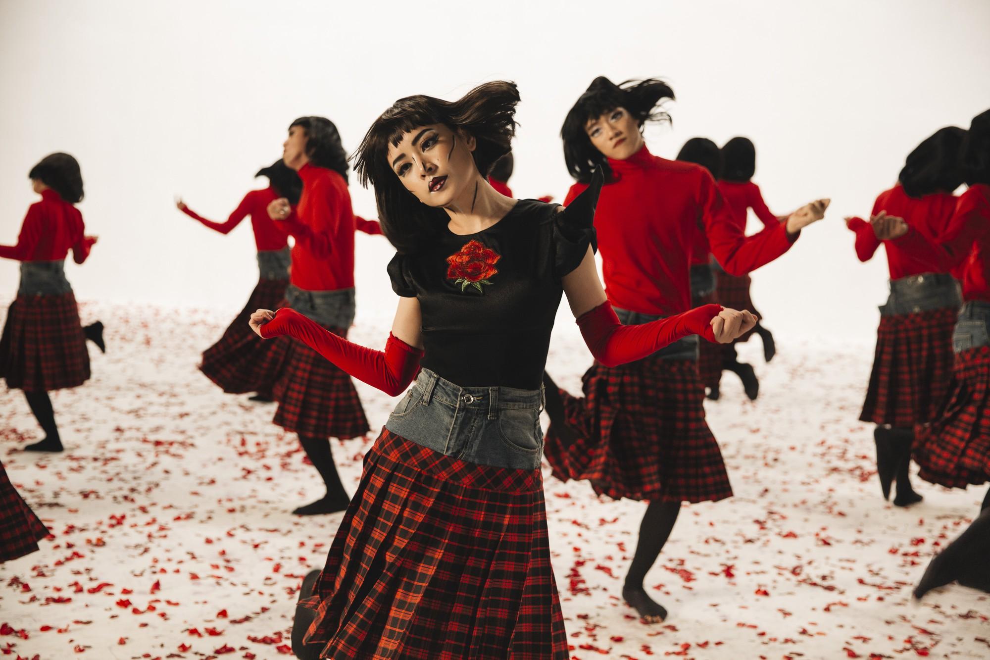 """Chi Pu bê luôn 20 chiếc váy từng bị chê là """"thảm họa"""" vào MV mới"""