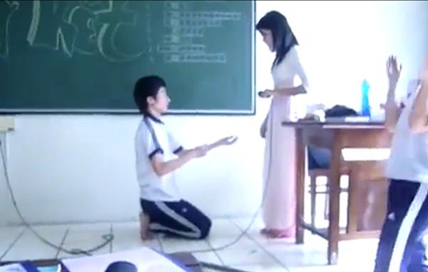 """Chàng trai lấy hết can đảm quỳ gối tỏ tình cô giáo và câu nói bất ngờ từ cô: """"cô cũng rất yêu em"""""""