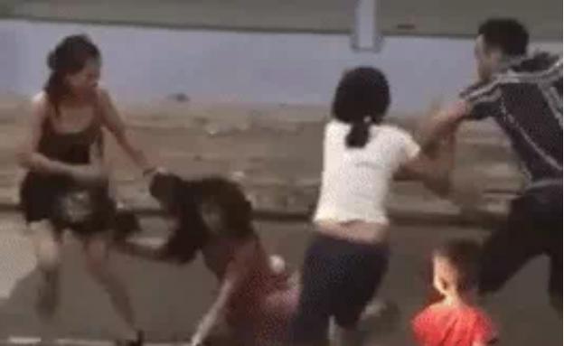 Chồng bất lực nhìn hội chị em của vợ đánh nhân tình tả tơi ngay giữa đường