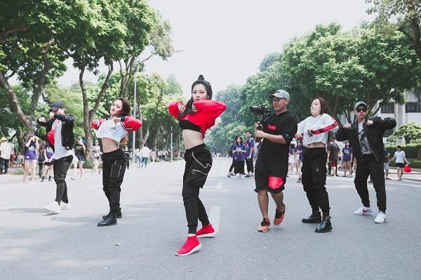 """Hot girl Trâm Anh """"đại náo"""" phố đi bộ Hà Nội bằng màn nhảy như dancer chuyên nghiệp, nhưng CĐM lại ùa vào bóc mẽ điều này"""