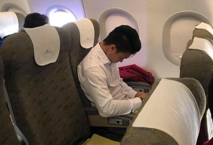 """Bức ảnh chưa được công bố: Có một Quang Hải lặng lẽ trên chuyến bay về nước """"CĐV đau 1 thì chàng trai ấy đau 10"""""""