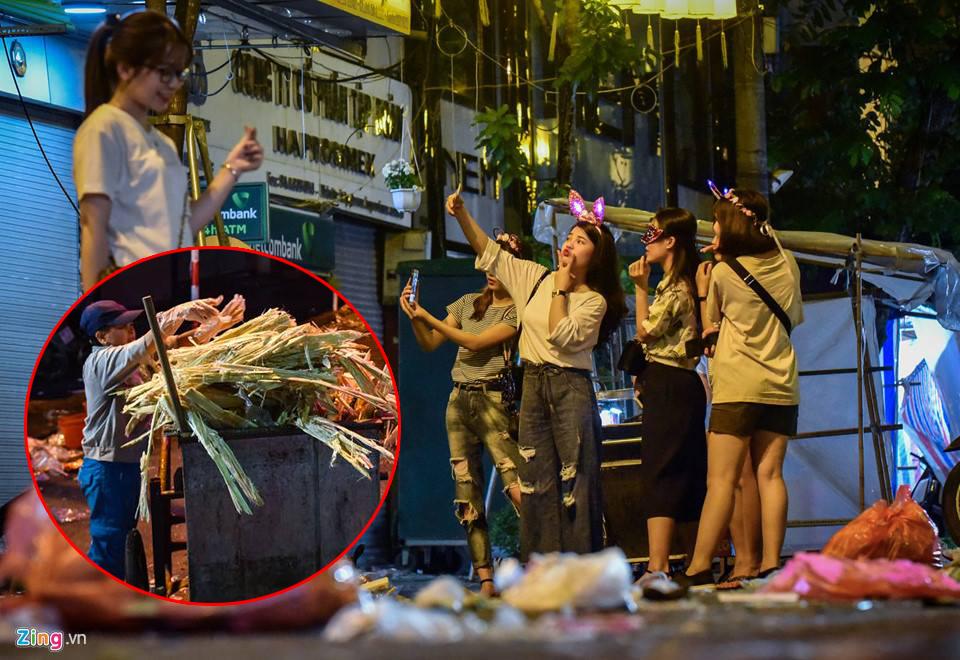 Hậu đêm trung thu: Cả phố Hàng Mã ngập ngụa trong rác, giới trẻ vẫn vô tư selfie, công nhân miệt mài dọn dẹp