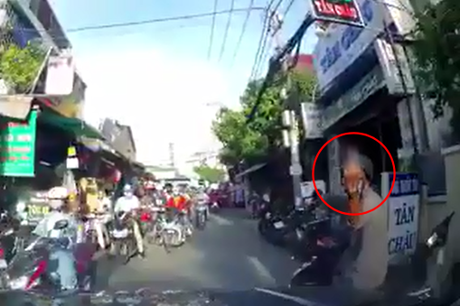 """Giơ """"ngón tay thối"""" sau va chạm giao thông, nam Ninja bị đuổi đánh """"sấp mặt"""", phải chạy vào nhà dân để cầu cứu"""