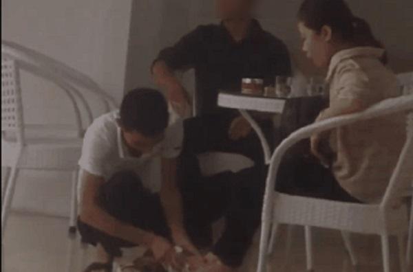 Tranh cãi đoạn clip chàng trai ngồi xổm lau dép, lau chân cho bạn gái sau cơn mưa