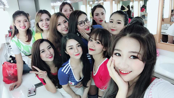 """Cổ động viên """"đã mắt"""" trước hình ảnh 32 cô gái xinh đẹp đại diện cho 32 ĐT tham gia World Cup 2018 của VTV"""