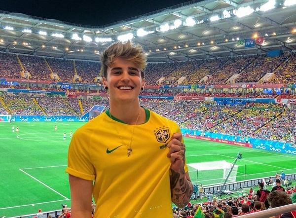 Cổ động viên Brazil đẹp trai này chính là động lực để chị em tiếp tục xem bóng đá