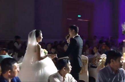 """Ngôn tình ngoài đời thực: Chú rể tự sáng tác bài hát gửi tặng cô dâu trong ngày cưới, nghe xúc động đến """"rụng tim"""""""