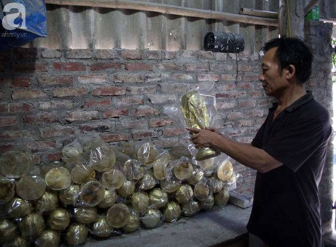 Cận cảnh sản xuất cúp vàng World Cup siêu rẻ kiếm 240 triệu đồng/tháng của một gia đình ở Bát Tràng