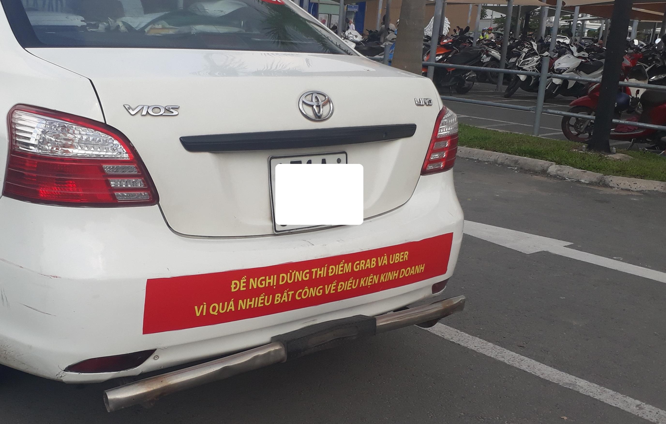 Dán khẩu hiệu phản đối Uber và Grab là chủ trương của Vinasun hay tài xế?