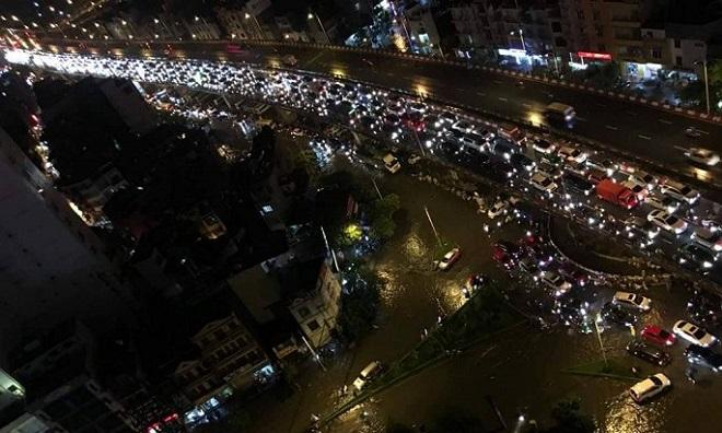 Đang ngập lụt thì thêm mưa lớn, Hà Nội tắc đường đến gần nửa đêm