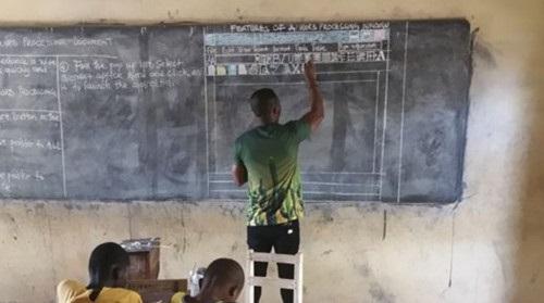 """Dạy tin học không có máy tính, thầy giáo vẽ cả giao diện phần mềm lên bảng gây """"bão"""" mạng"""