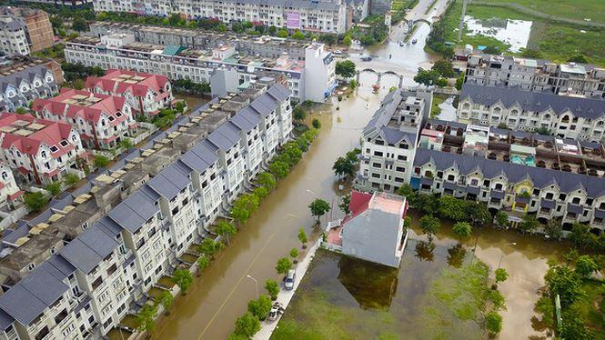 Đến biệt thự nhà giàu Hà Nội cũng chìm trong biển nước như cảnh lụt quê nghèo