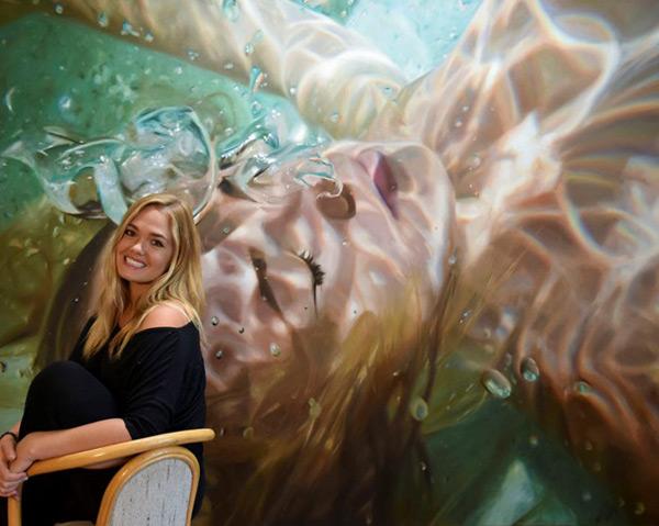 Loạt tranh sơn dầu được vẽ theo lối siêu thực với chủ thể là khuôn mặt cô gái đang chìm sâu dưới làn nước với những vệt sáng xuyên qua mặt nước, lung linh đầy kỳ ảo khiến Reisha Perlmutter gặt hái thành công. (Ảnh: Tiin.vn)