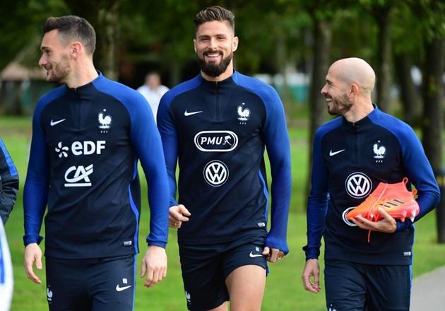 """Với thân hình cường tráng cùng chiều cao trên 1m90 và bộ râu vô cùng nam tính, Giroud dễ dàng """"đốn tim"""" các fan nữ."""