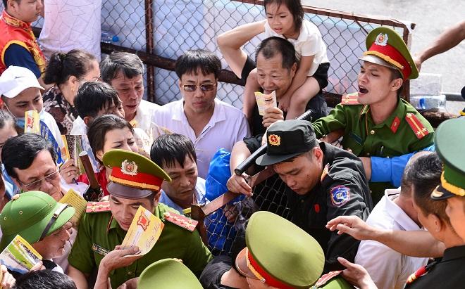 Lễ hội chọi trâu Đồ Sơn 2018 mở cửa miễn phí, người dân phá cửa ùa vào gây hỗn loạn