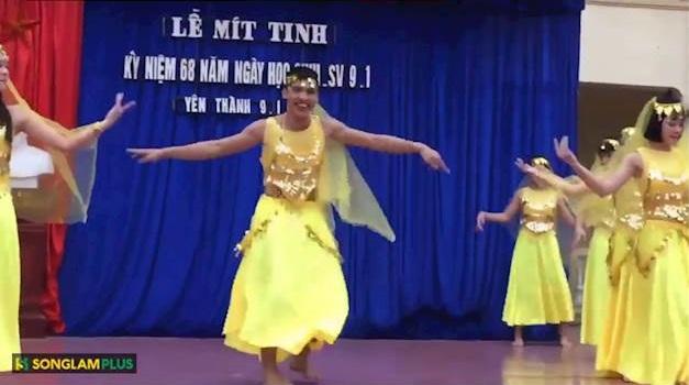 """Nam sinh trường THPT Phan Thúc Trực lắc hông cực dẻo """"ăn đứt"""" bạn nữ trong tiết mục múa Ấn Độ"""