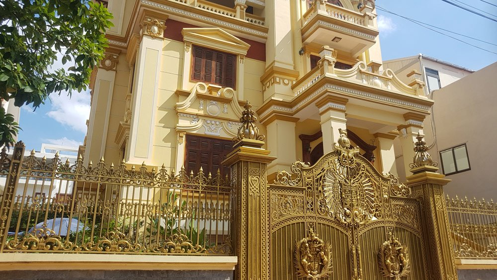 Mỗi biệt thự được xây dựng trên khu đất khoảng 500 mét vuông ở trung tâm thành phố, được thiết kế sang chảnh với họa tiết hiện đại, kiểu dáng cầu kỳ...