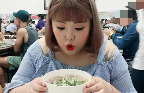 """""""Thánh ăn"""" Hàn Quốc Yang Soobin sang Việt Nam ăn tổ phở đầu tiên và khen ngon"""