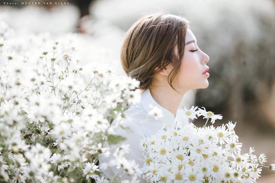 Quá khéo kết hợp áo dài trắng với cúc họa mi, cô nàng 9x Quảng Ninh khoe vẻ đẹp tựa sương mai