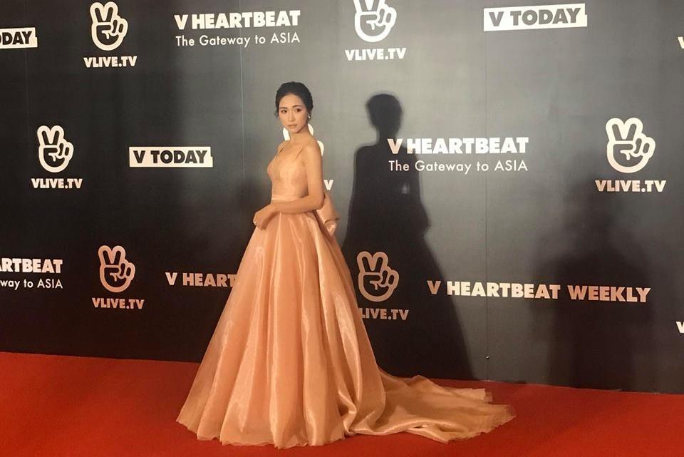Hòa Minzy tạo dáng lầy lội, tung váy điên đảo trên thảm đỏ cạnh dàn mỹ nam Hàn