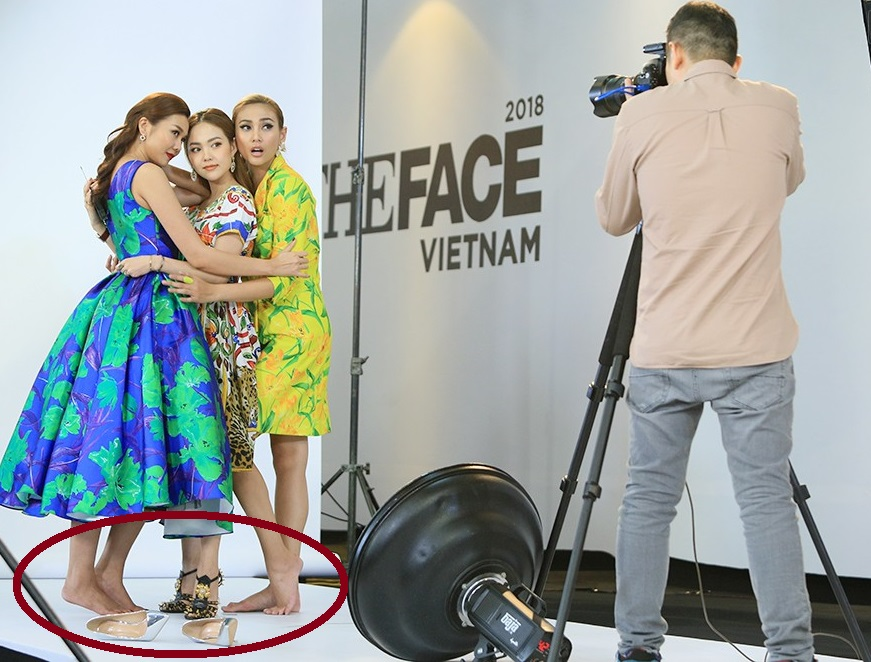 """Thanh Hằng - Võ Hoàng Yến cởi giày cao gót để đứng vừa khung chụp hình """"doàn kết"""" với Minh Hằng, nhưng nhìn vẫn chênh lệch quá"""