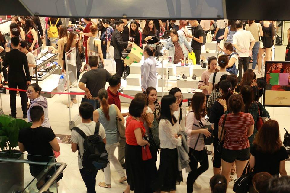 Cận cảnh chen chúc mua sắm tại các TTTM ngày Black Friday