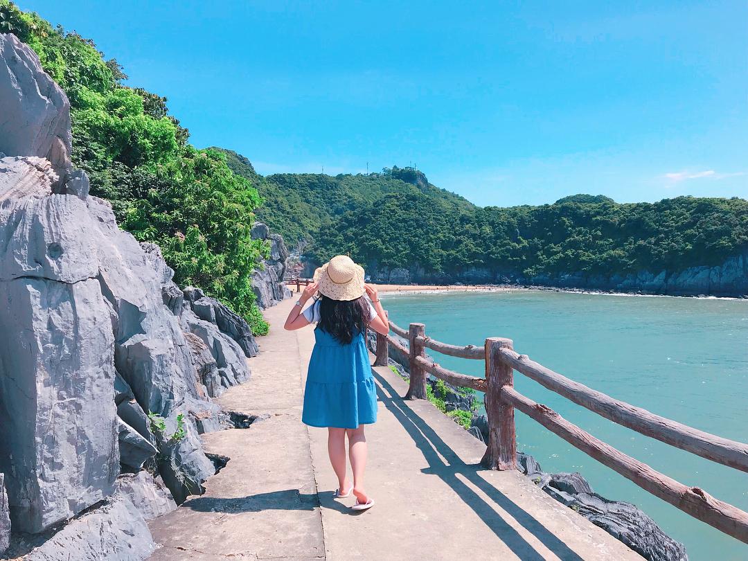 """Cần gì đi Hàn Quốc xa xôi khi ngay đảo ngọc Cát Bà cũng có """"con đường ven biển"""" đẹp nín thở thế này"""