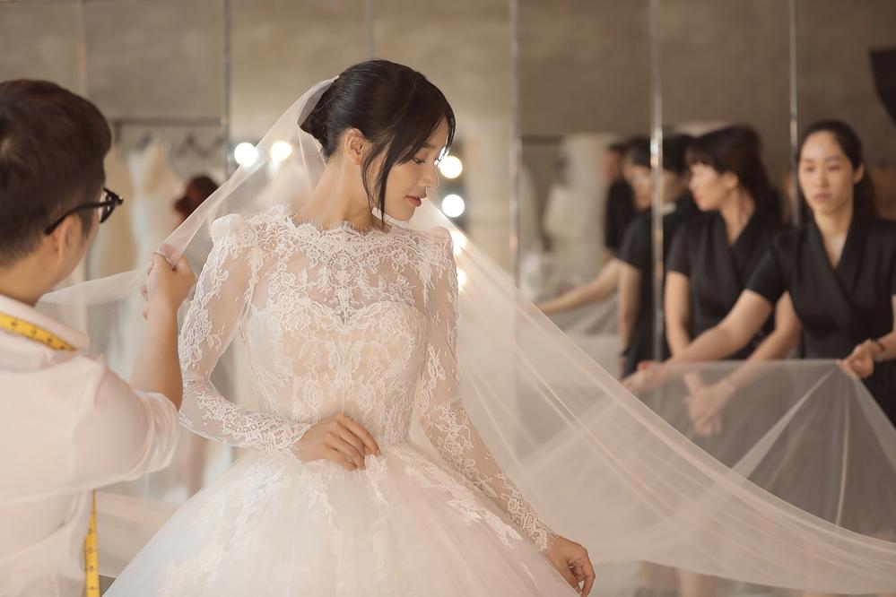 Đừng nói Trường Giang giản dị, bí mật đằng sau 5 chiếc váy cưới của Nhã Phương sẽ khiến bạn phải suy nghĩ lại