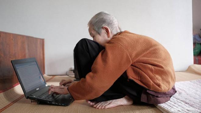 """Cụ bà 97 tuổi vẫn """"lướt"""" Facebook, Skype, search Google hàng ngày gây sốt mặt báo nước ngoài"""