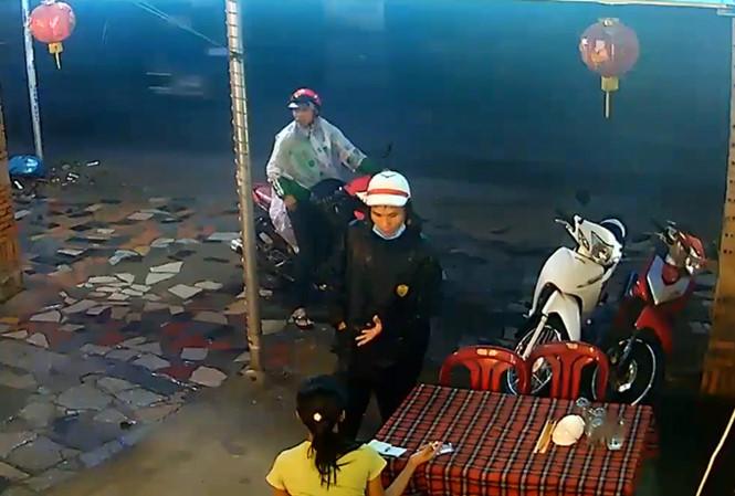 """Ngơ ngẩn chứng kiến tội phạm dàn cảnh trộm xe máy táo tợn """"như phim"""" ở Sài Gòn"""