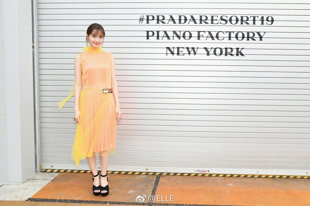 Mặc đồ lòe loẹt như trẻ con mẫu giáo, chỉ có xinh như Yoona mới dám diện đi sự kiện