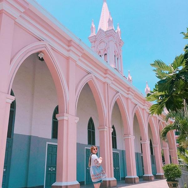 """Không chỉ Sài Gòn, Đà Nẵng cũng có nhà thờ màu hồng cho giới trẻ tha hồ check in """"sống ảo"""""""