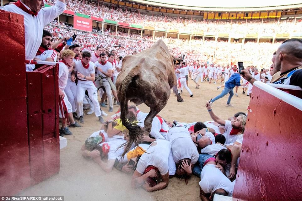 Khốc liệt trò chơi số mệnh trong lễ hội chạy đua cùng bò tót ở Tây Ban Nha