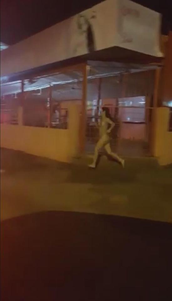 Cô gái trần truồng đuổi theo bạn trai giữa phố, tưởng có án mạng hóa ra lại là lý do vớ vẩn - ảnh 1