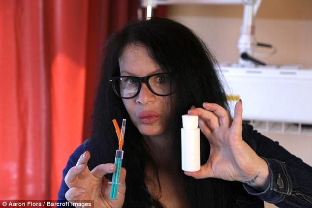 Nữ diễn viên 45 tuổi tự tiêm vi khuẩn 3,5 triệu tuổi  vào cơ thể để trẻ mãi không già