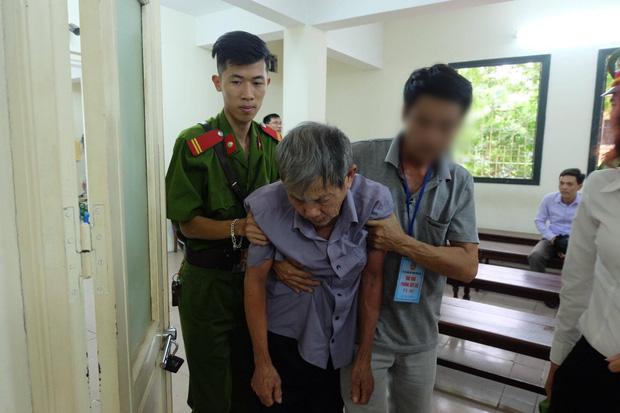 Ốm yếu từ tòa trở về, cụ ông bị kết tội xâm hại trẻ em bỗng khỏe mạnh lạ thường