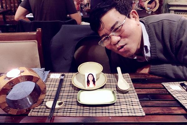 """Mẹ mất đã 3 năm đến ngày kỉ niệm ngày cưới bố vẫn nói: """"Con bảo người ta để một bộ bát đĩa ở đây đi cho mẹ còn ăn với"""""""