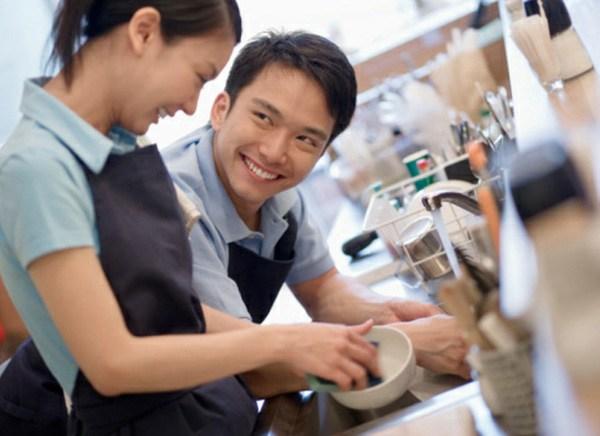 Khoa học chứng minh: Chồng càng chăm rửa bát cho vợ càng lợi đường tiền tài, tội gì không làm