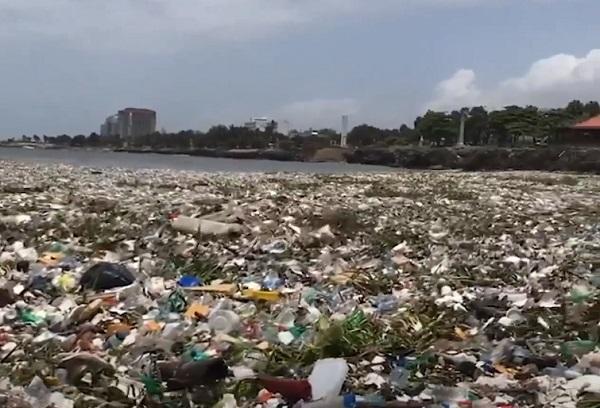 Hình ảnh bãi biển ngập rác tới mức sóng không đánh nổi vào bờ ở Dominica gây phẫn nộ